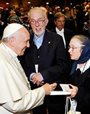 Pope Francis recieves Johann Christoph Arnold's latest book in spanish.